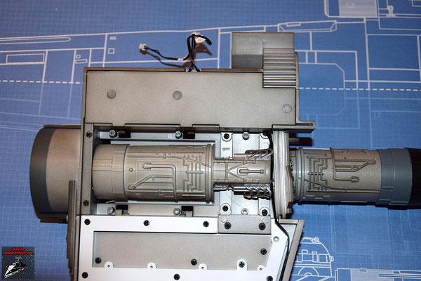 DeAgostini Bau deinen X-Wing Ausgabe 30 Die Antriebsabdeckung wird über dem Antrieb des unteren Backbordflügels befestigt und die Abdeckung festgeschraubt. Die Schrauben werden anschließend mit den Stopfen verdeckt..