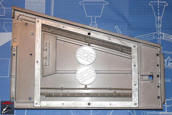 DeAgostini Bau deinen X-Wing Ausgabe 22 Der Flügelrahmen wird an die Innenseite des rechten Steuerbordflügels geschraubt. Die Kabel und Rohre werden ebenfalls befestigt