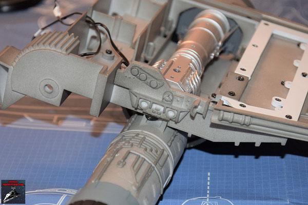 Bau Deinen X-Wing Ausgabe 47 Die Details werden an dem Verbindungsstück befestigt und dieses an die Antriebsbefestigung gesteckt