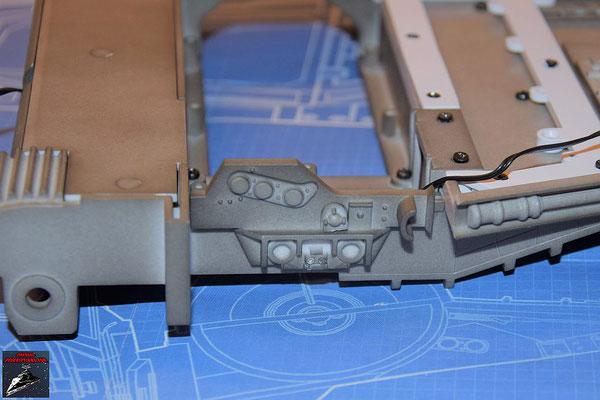 DeAgostini Bau deinen X-Wing Ausgabe 60 Die drei Anbaudetails werden an der Flügelhinterkante und die Kante anschließend an dem Flügel befestigt.