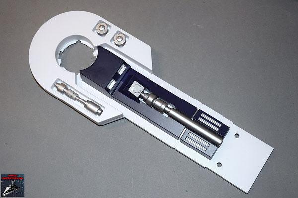 Build your own R2-D2 Heft 40 Das Anbauteil wird in die Halterung der linken Außenplatte des linken Beins gedrückt