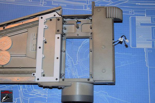 DeAgostini Bau deinen X-Wing Ausgabe 58 Die Abdeckung wird festgeschraubt und die Schrauben anschließend mit den Stopfen verdeckt