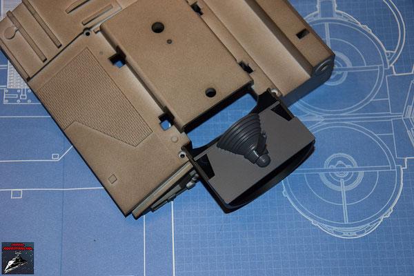 DeAgostini Bau deinen X-Wing Ausgabe 24 Die zusammengesetzte Schubdüse wird in die obere Hälfte des Antribegehäuses gesteckt