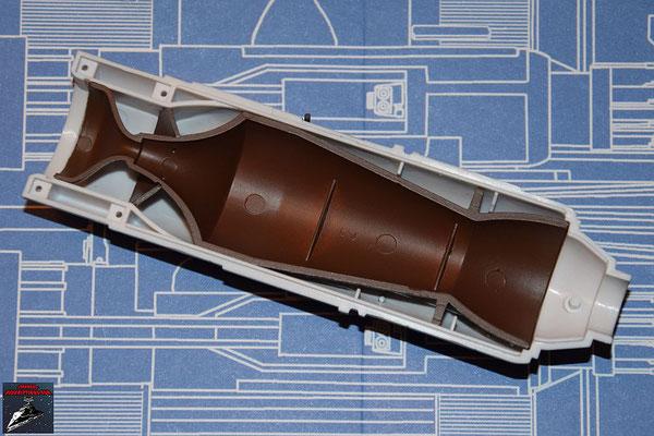 DeAgostini Bau deinen X-Wing Ausgabe 42 Die Befestigung der Fusionskammer wird an der oberen Hälfte der Fusionskammer befestigt und diese in die obere Hälfte des Fusionstriebwerkgehäuses gesteckt