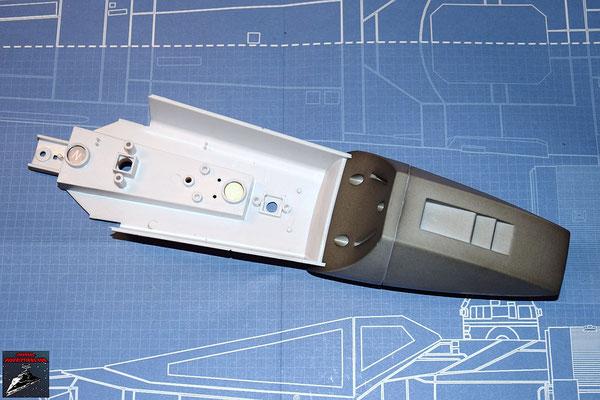 DeAgostini Bau deinen X-Wing Ausgabe 37 Untere Rumpfverkleidung und die Vorder- und Rückseite der Nase werden miteinander verschraubt.
