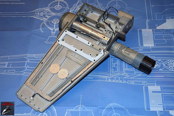 DeAgostini Bau deinen X-Wing Ausgabe 29 Das Fusionstriebwerk wird festgeschraubt und Antrieb eingesetzt. Zu guter Letzt wird das Kabel für die Laserkanone verlegt.