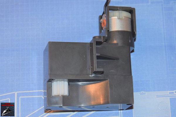 DeAgostini Bau deinen X-Wing Ausgabe 68 Die Gehäuseabdeckung wird angeschraubt, der Elektromotor eingesetzt und die Motorhalterung festgeschraubt