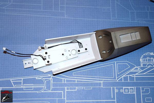 DeAgostini Bau deinen X-Wing Ausgabe 37 Antenne und Stecker werden eingesetzt und mit den Halteplättchen festgeschraubt