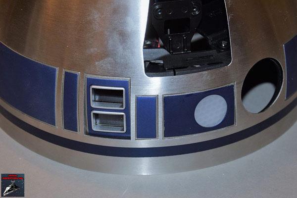 Build your own R2-D2 Heft 64 Die Linse für die Stausanzeige wird von innen eingesetzt und die Anzeige (Ausgabe 1) von innen angeschraubt. Zudem wird die Anzeige für die Logikfunktion von innen angeschraubt.