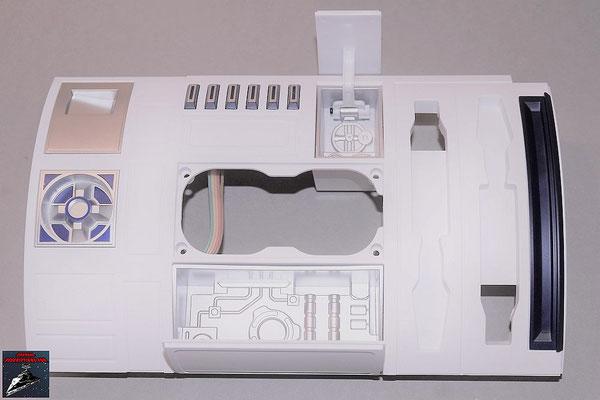 Build your own R2-D2 Heft 82 Beide Werkzeugkammern werden von innen in die Rumpfverkleidung geschraubt