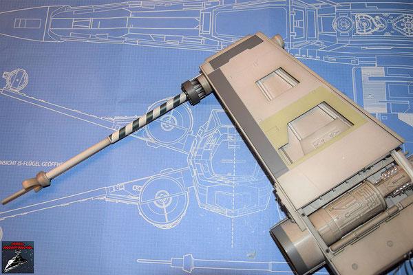 DeAgostini Bau deinen X-Wing Ausgabe 48 Die Laserkanone wird auf den unteren Steuerbordflügel geschraubt und die Kabel für die Laserkanone miteinander verbunden. Anschließend wird die Flügelabdeckung befestigt