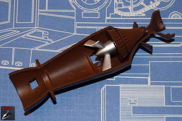DeAgostini Bau deinen X-Wing Ausgabe 26 Die Befestigung der Fusionskammer wird an der unteren Hälfte der Fusionskammer befestigt. Turbogenerator und die Abdeckung werden zusammengesteckt und zusammen mit dem Turboimpeller an der Fusionskammer befestigt