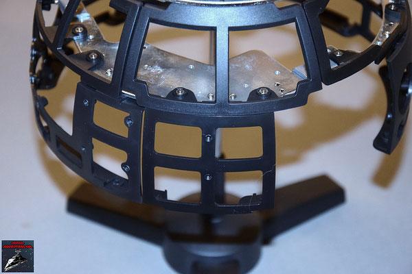 Build your own R2-D2 Heft 23 Das Rahmenteil wird an die Kuppelplatte geschraubt