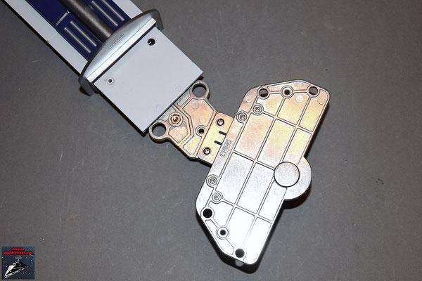 Build your own R2-D2 Heft 26 Die Platte zum Halten des Rads wird an das Ende der Knöchelverbindung geschraubt