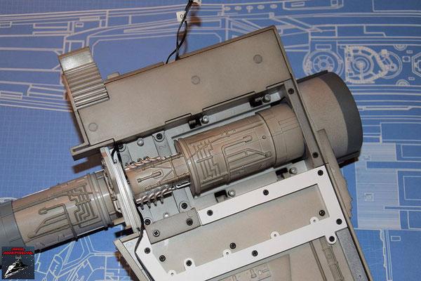 DeAgostini Bau deinen X-Wing Ausgabe 47 Die Abdeckung wird festgeschraubt und die Schrauben anschließend mit den Stopfen verdeckt