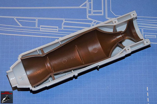 DeAgostini Bau deinen X-Wing Ausgabe 55 Die Befestigung der Fusionskammer wird an der oberen Hälfte der Fusionskammer befestigt und diese in die obere Hälfte des Fusionstriebwerkgehäuses gesteckt