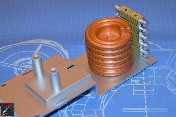 DeAgostini Bau deinen X-Wing Ausgabe 78 Die fünf Stromrichter werden zusammengesteckt und mit dem Engeriegenerator auf die Hyperantriebsbefestigung gesteckt.