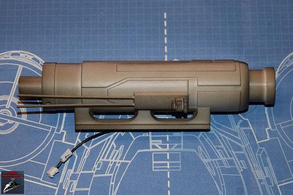DeAgostini Bau deinen X-Wing Ausgabe 50 Der Lasergenerator wird in eine Hälfte des Laserkanonengehäuses gelegt und die andere Hälfte in die Halterungen gedrückt und das hintere Ende aufgeschoben