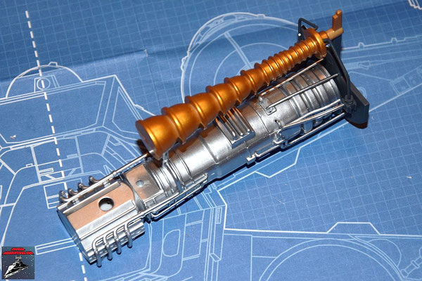 DeAgostini Bau deinen X-Wing Ausgabe 16 Die beiden Hälften des Reaktandeinspritzers werden zusammengesteckt und dieser und die Rohre an dem Energieverteiler befestigt.
