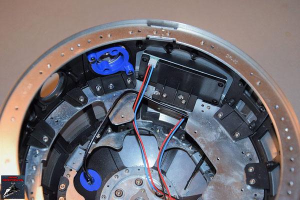 Build your own R2-D2 Heft 64 Das Display wird von innen an die Kuppel geschraubt