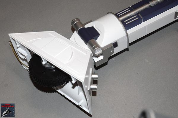 Build your own R2-D2 Heft 31 Die Fußabdeckungen werden angeschraubt.