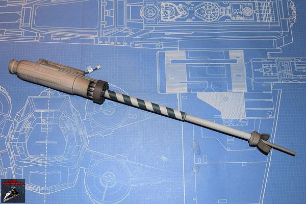 DeAgostini Bau deinen X-Wing Ausgabe 50 Der Lichtwellenleiter wird mit der LED im Generator verbunden. Alle anderen Teile werden zusammengesteckt, sodass der Lichtleiter an der Spitze leuchtet. Die Bauteile sollten von innen schwarz bemalt werden.