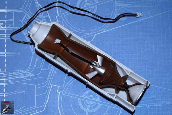 DeAgostini Bau deinen X-Wing Ausgabe 44 Die Hälfte der Fusionskammer wird in der unteren Hälfte des Fusionstriebwerksgehäuse befestigt, die LED an dem Refelektor befestigt und dieser ebenfalls in dem Gerhäuse befestigt