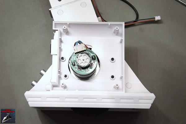 Build your own R2-D2 Heft 34 Die innere Hälfte der Brennstoffzellen-Hülle wird an den Fuß geschraubt