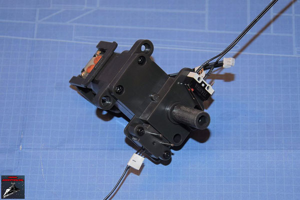 DeAgostini Bau deinen X-Wing Ausgabe 70 Der Elektromotor wird in das Getriebegehäuse gesetzt, die Antriebsritzel aufgesetzt und die Kabel angeschlossen