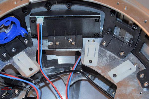 Build your own R2-D2 Heft 65 Die Kabelfixierungen werden an den Rahmen der Kuppel geschraubt