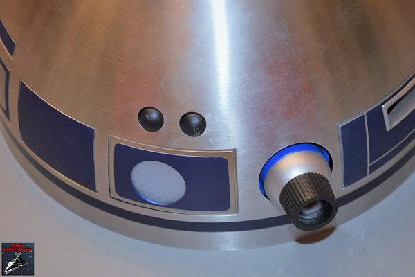 Build your own R2-D2 Heft 65 Die Einzelteile des Projektors werden zusammengesetzt und an die Kuppel geschraubt. Die beiden runden schwarzen Detail werden in die Öffnungen an der Kuppel gesetzt.