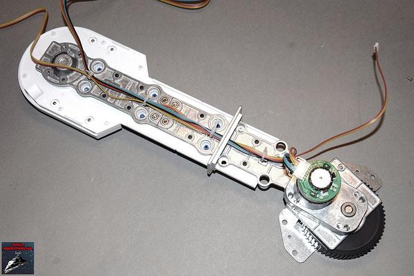 Build your own R2-D2 Heft 30 Der Motor wird festgeschraubt und die Kabel verlegt.