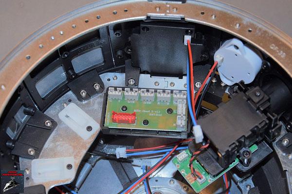 Build your own R2-D2 Heft 66 Der Verteiler wird auf die Grundplatte geschraubt und beides innen auf den Rahmen der Kuppel geschraubt