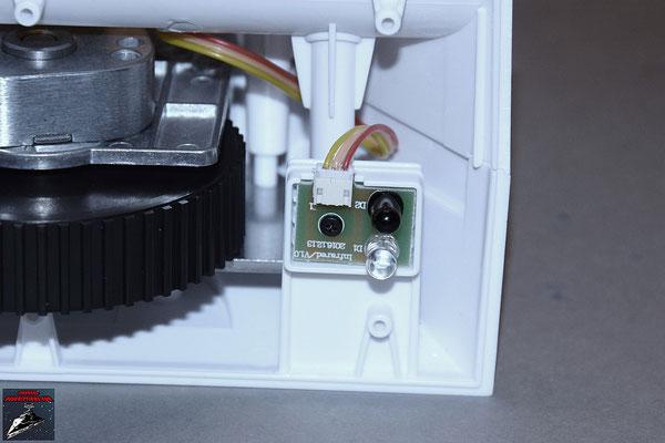 Build your own R2-D2 Heft 32 Der Infrarotsensor wird an die Innenseite des rechten Fußes geschraubt.