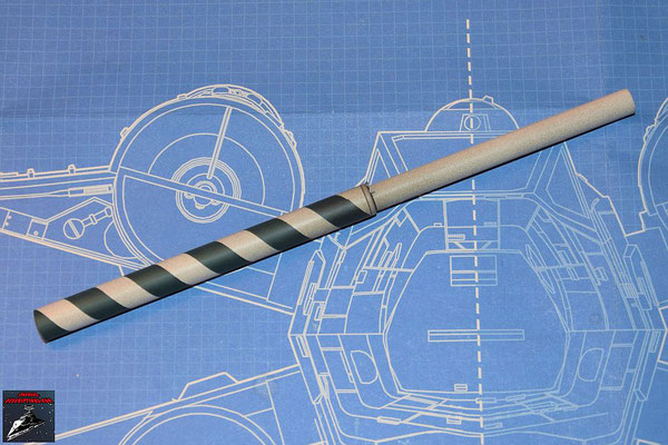 DeAgostini Bau deinen X-Wing Ausgabe 49 Das Kanonenrohr der oberen Backbordkanone wird zusammengesteckt