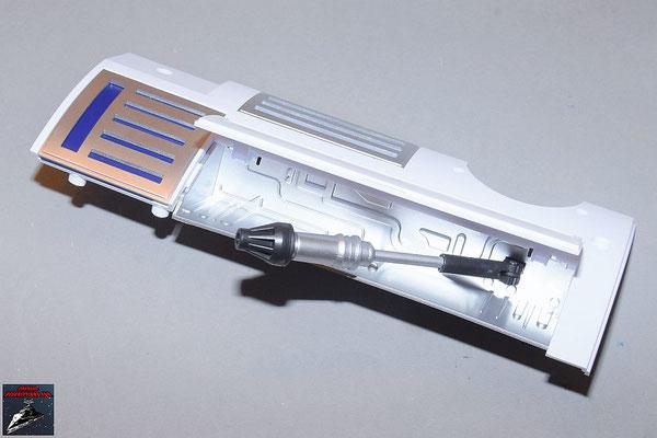Build your own R2-D2 Heft 86 Die Halterung des Werkzeugarms wird von innen an die Rumpfverkleidung geschraubt