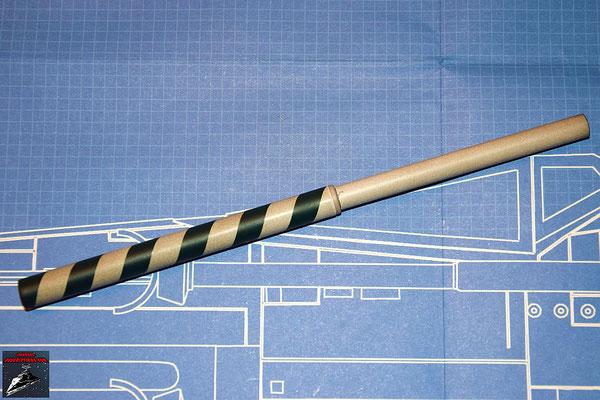 DeAgostini Bau deinen X-Wing Ausgabe 32 Das Kanonenrohr der oberen Backbordkanone wird zusammengesteckt