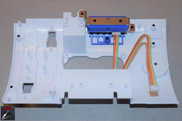 Build your own R2-D2 Heft 80 Die Schalterplatine wird mit der Halterung von innen an die Verkleidung geschraubt