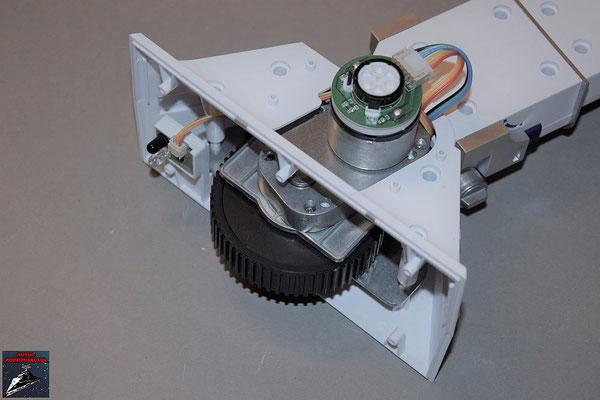 Build your own R2-D2 Heft 57 Der Infrarotsensor wird in die äußere Abdeckung des linken Fußes gesteckt und das entsprechende Kabel verbunden. Anschließend werden beide Fußabdeckungen eingesetzt und miteinander verschraubt.