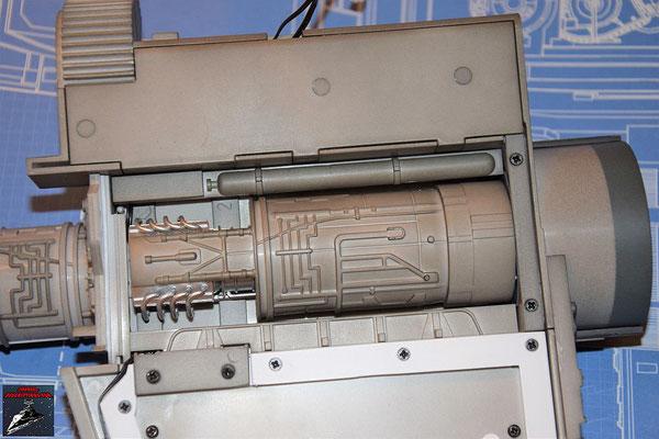 DeAgostini Bau deinen X-Wing Ausgabe 48 Die beiden Einfassbänder werden seitlich des Antriebs des unteren Steuerbordflügels befestigt.