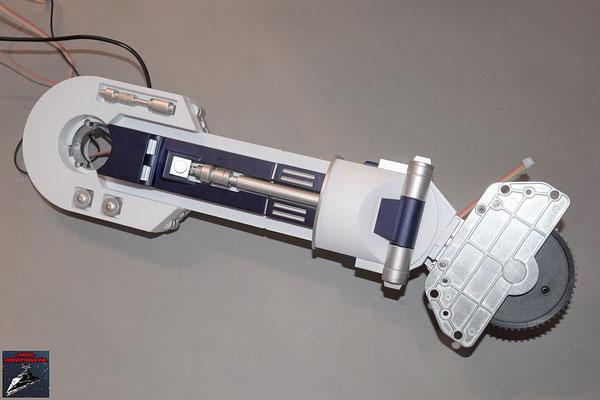 Build your own R2-D2 Heft 55 Der Sensor wird an der inneren Abdeckung des linken Beins befestigt und die Abdeckung festgeschraubt. Hintere Bodenabdeckung und Knöchelabdeckung werden festgeschraubt.