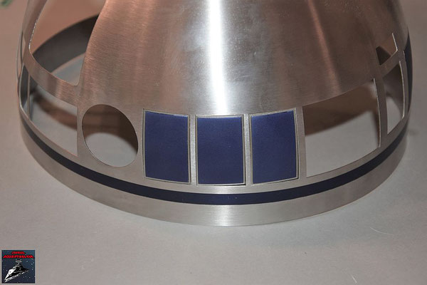 Build your own R2-D2 Heft 54 Die Kuppelteile werden von innen mit den Klebestreifen an der Kuppel befestigt