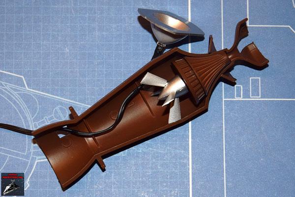 DeAgostini Bau deinen X-Wing Ausgabe 27 Die Hälfte der Fusionskammer wird in der unteren Hälfte des Fusionstriebwerksgehäuse befestigt, die LED an dem Refelektor befestigt und dieser ebenfalls in dem Gerhäuse befestigt