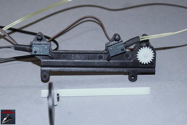 Build your own R2-D2 Heft 37 Der Motor und der Zahnradantrieb werden an der Halterung befestigt. Die beiden Hälften der Halterung werden anschließend miteinander verschraubt