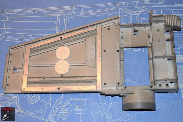 DeAgostini Bau deinen X-Wing Ausgabe 53 Oberer Sublichtantrieb und oberer Backbordflügel werden miteinander verschraubt