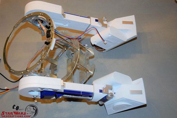 Build your own R2-D2 Heft 91 Die Beine werden an das Rumpfgerüst geschraubt