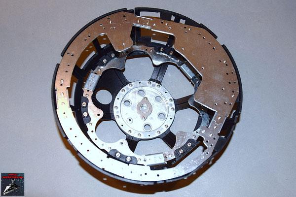 Build your own R2-D2 Heft 15 Der fertige Ring wird von unten an die Kuppel geschraubt