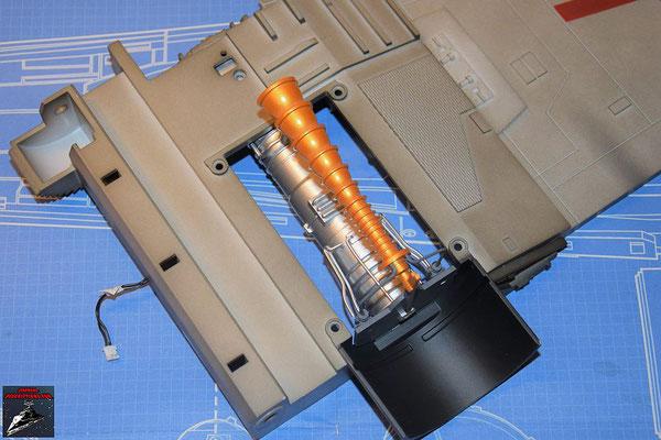 DeAgostini Bau deinen X-Wing Ausgabe 60 Der Energieverteiler wird an den Flügel geschraubt.
