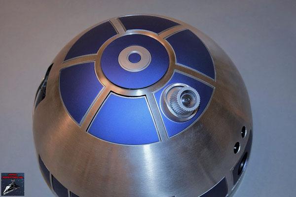 Build your own R2-D2 Heft 64 Die Kuppel wird auf das Gerüst geschobrn und die Kuppelspitze von innen festgeschraubt
