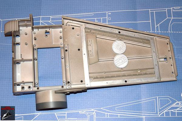 DeAgostini Bau deinen X-Wing Ausgabe 9 Oberer Sublichtantrieb und oberer Steuerbordflügel werden miteinander verschraubt